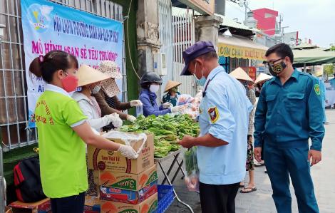 Mở gian hàng thực phẩm miễn phí phục vụ người nghèo