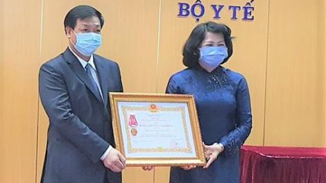 Trao tặng Huân chương lao động hạng Ba cho Bệnh viện Bệnh nhiệt đới Trung ương