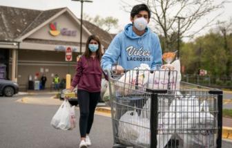Người Mỹ dự kiến chi gói hỗ trợ khẩn cấp vào thực phẩm, bồn vệ sinh và... súng đạn