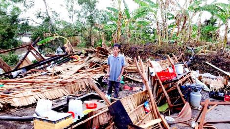 TPHCM mưa lớn ngập đường nhiều nơi, miền Tây giông gió giật sập nhiều nhà dân