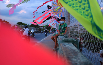 Đứa bé bán diều và điều ước giữa mùa chống dịch ở Sài Gòn