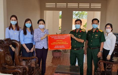 TPHCM thăm, tặng quà nhân viên y tế thực hiện công tác phòng chống dịch COVID-19