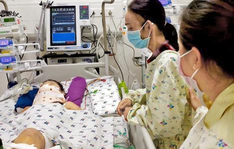 Đang nuôi mẹ bệnh ung thư, hai anh em bị xe tông nguy kịch