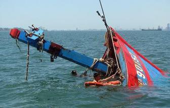 Tàu cá bị tàu hàng đâm chìm giữa đêm, 4 ngư dân may mắn thoát nạn