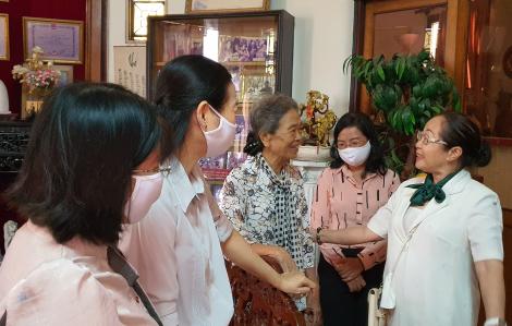 Cán bộ Hội các thời kỳ thăm và dâng hương tưởng nhớ cán bộ Ban Phụ vận Sài Gòn - Gia Định