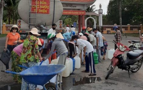 Chở nước sạch về cho người dân vùng hạn mặn