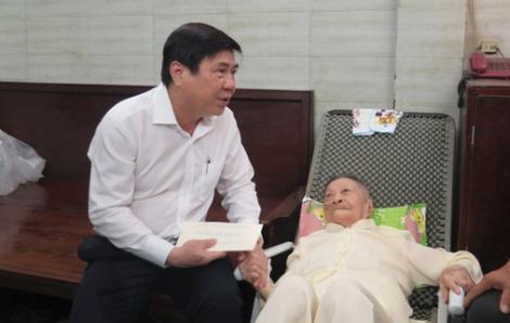 Chủ tịch Nguyễn Thành Phong thăm các cá nhân có thành tích tiêu biểu trong Chiến dịch Hồ Chí Minh