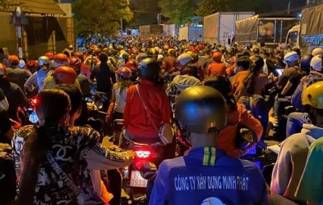 Bình Dương: 22g đêm, công nhân nối đuôi nhau về quê, giao thông kẹt cứng
