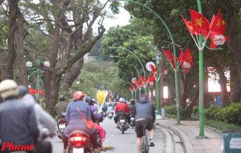 Đường phố Thủ đô rực rỡ màu quốc kỳ kỉ niệm 45 năm ngày thống nhất đất nước