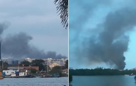 Khói lửa cuồn cuộn bốc cao cả trăm mét bên trong Khu chế xuất Tân Thuận