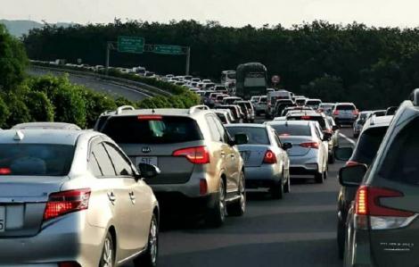 Người dân rời TPHCM nghỉ lễ 30/4, giao thông các cửa ngõ kẹt nghẹt thở