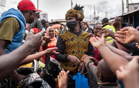 Nhà thiết kế trẻ may khẩu trang miễn phí tặng khu ổ chuột lớn nhất Đông Phi