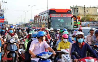 Hàng ngàn phương tiện chôn chân ở cửa ngõ phía Tây Sài Gòn