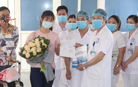 """Bệnh nhân COVID-19 thứ 166: """"Không thể quên hình ảnh các y, bác sĩ đẫm mồ hôi, mặt lằn vết khẩu trang"""""""
