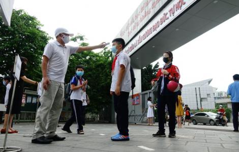 Học sinh Hà Nội đeo khẩu trang, tách lớp, chia ca, giãn cách khi đi học lại