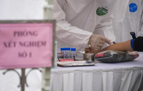 Lấy mẫu xét nghiệm COVID-19 cho 51 chuyên gia Trung Quốc sang Việt Nam làm việc