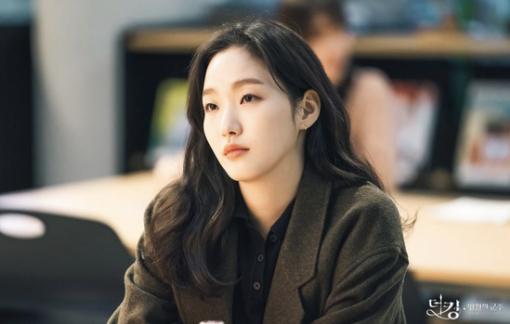 """Học Kim Go Eun cách trang điểm mắt một mí trong """"Quân vương bất diệt"""""""