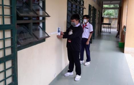 Tặng bình nước rửa tay sát khuẩn cho trường học