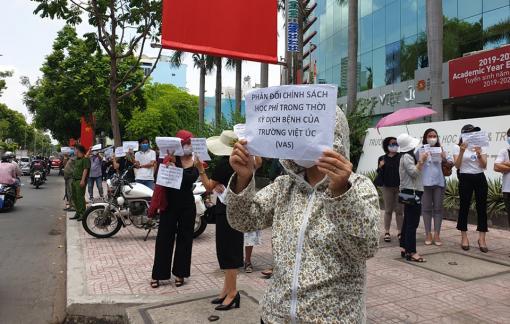 Hàng trăm phụ huynh kéo đến Trường dân lập quốc tế Việt Úc phản đối học phí