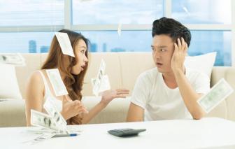 Vợ ung dung gom tiền gửi tiết kiệm, chồng nai lưng trả lãi ngân hàng