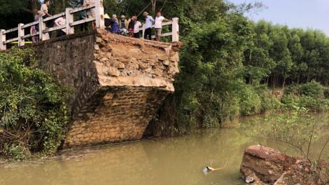 Cầu hơn 40 năm tuổi bị sập, hàng trăm hộ dân bị cô lập