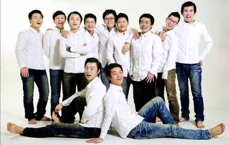 Người cha đơn thân xoay xở với 10 con trai giữa đại dịch