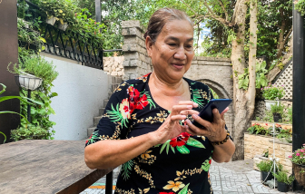 Khi chỉ mẹ cách dùng điện thoại, hãy nhớ hồi mẹ dạy bạn cầm đũa