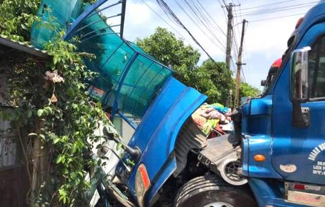 Xe container đấu đầu xe khách, đâm chết nữ giáo viên ngồi trong trạm đón xe buýt