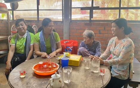 Trao tặng bồn chứa nước cho phụ nữ Bến Tre