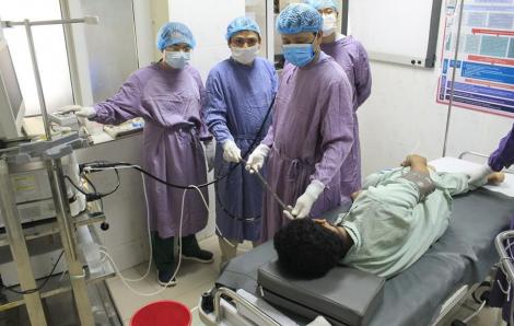 Rùng mình với gần 20 con giun mỏ bám lúc nhúc trong ruột bệnh nhân, gây xuất huyết tiêu hóa