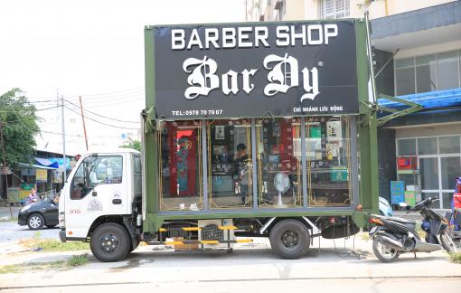 Tiệm cắt tóc lưu động miễn phí độc đáo ở Sài Gòn