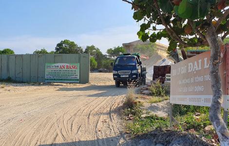 """Đà Nẵng: Nhiều bãi tập kết cát """"bầy hầy"""" trên tuyến đường du lịch"""