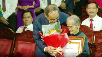 Tuyên dương mẹ Việt Nam anh hùng may khẩu trang tặng người nghèo