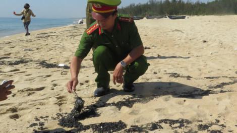 Hơn 1km bờ biển Quảng Ngãi tràn ngập chất thải lạ có màu đen