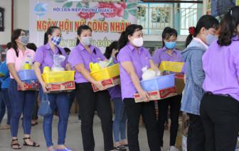 100 nữ công nhân được mua hàng với giá 0 đồng