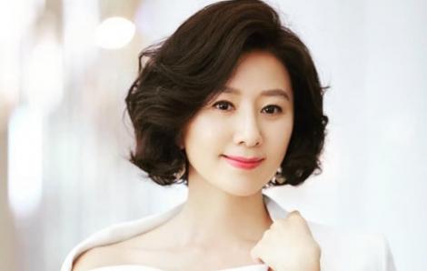 """Bí quyết nào giúp Kim Hee Ae của """"Thế giới hôn nhân"""" tỏa sáng?"""