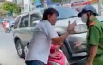 Xưng nhà báo, lăng mạ công an khi bị cẩu xe