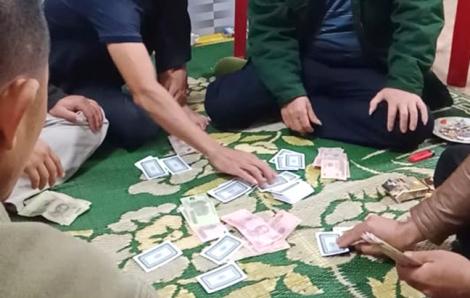 Chủ tịch xã đánh bạc giữa mùa dịch chỉ bị phạt 2 triệu đồng