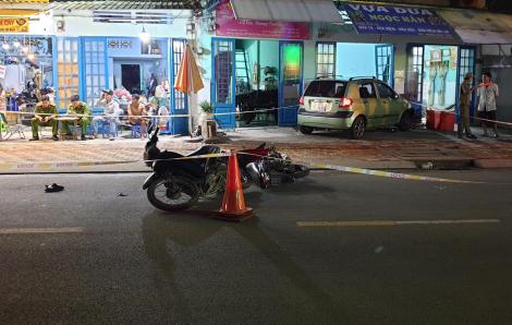 """Ô tô """"điên"""" lùa 3 xe máy rồi lao vào nhà dân, 4 người bị thương"""