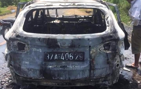 Xe ô tô phát nổ rồi bốc cháy dữ dội khi đang chạy trên đường, tài xế bị bỏng nặng
