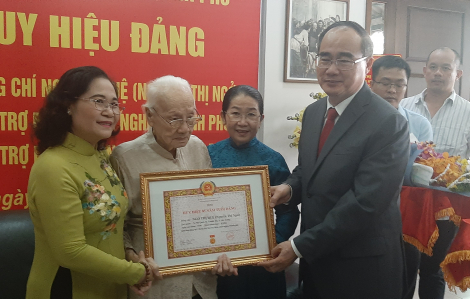 Phu nhân cố Tổng bí thư Nguyễn Văn Linh nhận huy hiệu 85 năm tuổi Đảng
