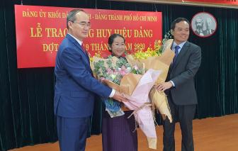 Phó bí thư Thành uỷ TPHCM Võ Thị Dung nhận huy hiệu 40 năm tuổi Đảng