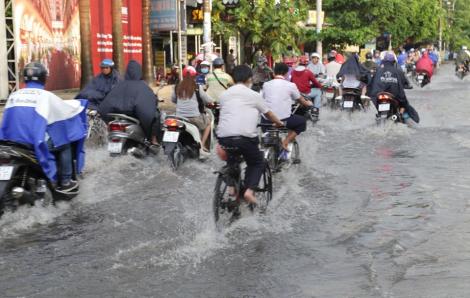 Đường Sài Gòn ngập nước và kẹt xe khắp nơi sau mưa dông