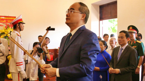 Lãnh đạo TPHCM dâng hương, dâng hoa kỷ niệm Ngày sinh Chủ tịch Hồ Chí Minh