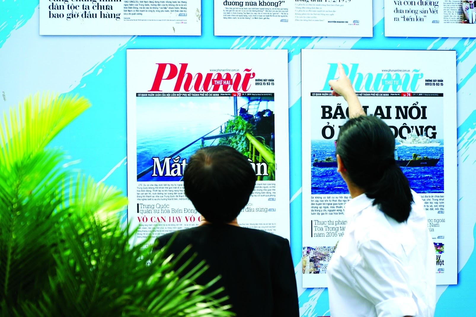 Tổng biên tập Lê Huyền Ái Mỹ đang chia sẻ về ý tưởng làm những poster kỷ niệm sinh nhật báo với nguyên Tổng biên tập Nguyễn Thế Thanh