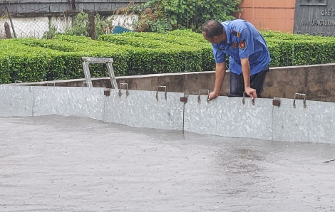 Dân Sài Gòn giữa trưa đội mưa chống ngập