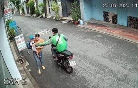 Tài xế GrabBike ở TPHCM cướp điện thoại người phụ nữ ẵm con nhỏ trên đường