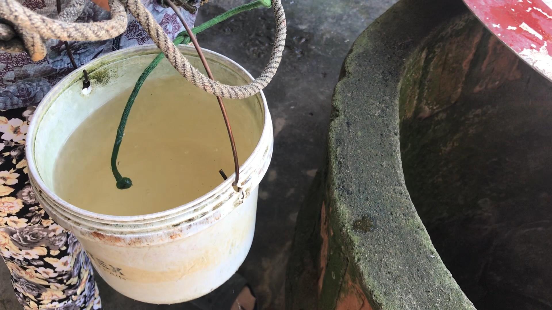 Người dân ở xã Nghĩa Thắng, huyện Tư Nghĩa, Quảng Ngãi đang thiếu nước sinh hoạt trầm trọng do khô hạn.