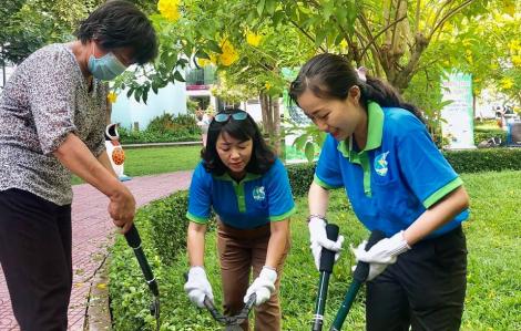Một ngày làm công nhân chăm sóc cây xanh