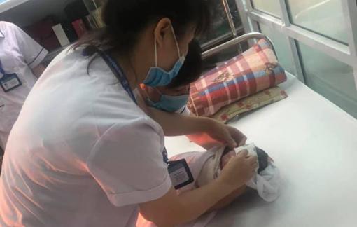 Đi sinh bị tắc đường, tài xế taxi nhờ nhân viên tiêm chủng đỡ đẻ cho sản phụ